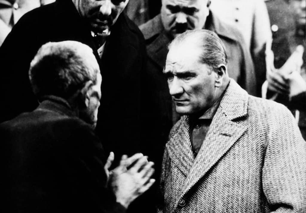 Ataturk-1930-amongpublic